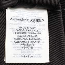 ربطة عنق أليكساندر ماكوين حرير مطرزة بشعار أسود