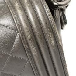 حقيبة شانيل بوي جلد رصاصي مبطن وحواف جلد رقيطة بقلاب