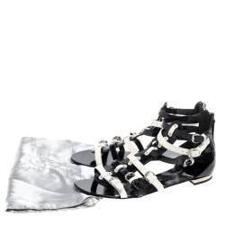 صندل فلات جوسيبي زانوتي غلادياتور مزين إبزيم جلد لامع أبيض و أسود مقاس 40