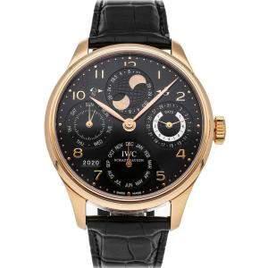 """ساعة يد رجالية آي دبليو سي """"بورتوغيز بيربيتوال كاليندار آي دبليو5021-19"""" ذهب وردي عيار 18 سوداء 44 مم"""
