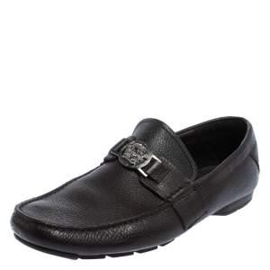 حذاء لوفرز فيرساتشي مزخرف ميدوسا سليب أون جلد بني مقاس 41