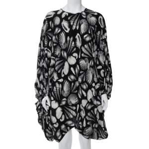 فستان أليكساندر ماكوين قصي كبير الحجم حرير مطبوع صدف أسود مقاس وسط (ميديوم)