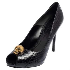 حذاء كعب عالي أليكساندر ماكوين جلد ثعبان أسود مزخرف كريستال جمجمة مزينة مقدمة مفتوحة مقاس 39