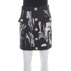 تنورة ميني بالمين مونوكوم رخامي بالشعار المطبوع أزرار مزينة S