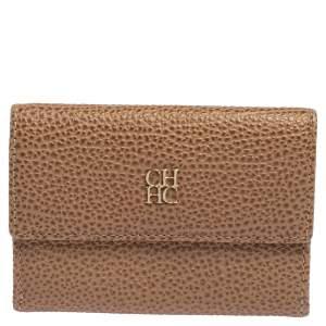 محفظة كارولينا هيريرا مضغوطة جلد محبب بيج