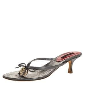 Carolina Herrera Metallic Grey Leather Logo Bow Thong Sandals Size 39
