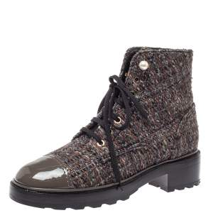 حذاء بوت للكاحل شانيل كومبات زخرفة لؤلؤ غطاء مقدمة سى سى جلد لامع وتويد متعدد الألوان مقاس 40