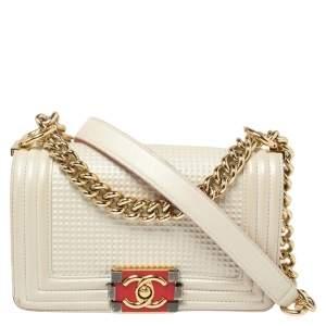 حقيبة شانيل قلاب بوي سلسلة صغيرة جلد لامع نقش مكعبات أبيض