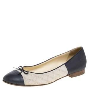 حذاء فلات باليه شانيل غطاء مقدمة فيونكة جلد وكانفاس بيج/ رمادي مقاس 40.5
