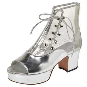 حذاء بوت كاحل شانيل نعل سميك مقدمة مفتوحة بى فى سى وجلد فضى ميتالك مقاس 36