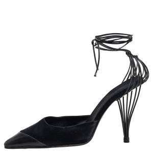 حذاء كعب عالي شانيل ساتان وجلد أسود بمقدمة مستديرة ورباط كاحل مقاس 38.5