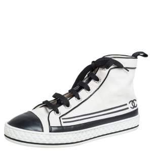 حذاء رياضي شانيل كانفاس وجلد CC أبيض مزين باللؤلؤ بمقدمة مستديرة وعنق مرتفع مقاس 40