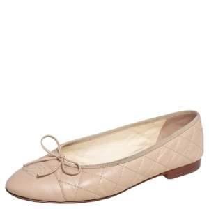 حذاء باليرينا فلات شانيل جلد مبطن بيج مقدمة مزينة شعار الماركة سي سي وفيونكة مقاس 38