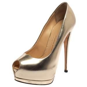 حذاء كعب عالي جوسيبي زانوتي جلد ذهبي ميتاليك مقدمة مفتوحة نعل سميك مقاس 36.5