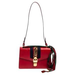 حقيبة كتف غوتشي سيلفي صغيرة بسلسلة ويب جلد أحمر