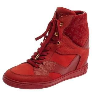 حذاء بوت كاحل لوي فيتون ميلينيوم كعب روكي سويدي مزخرف مونوغرامي و جلد أحمر مقاس 37.5
