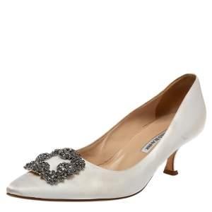حذاء كعب عالي مانولو بلانيك هانغيسي ساتان أبيض مزخرف كريستال مقاس 40