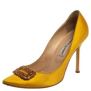 حذاء كعب عالى مانولو بلانيك زخرفة كريستال هانغيسى ساتان أصفر مقاس 39.5
