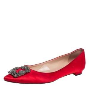 حذاء باليرينا فلات مانولو بلانيك هانغيسي ساتان أحمر مزخرف كريستال مقاس 38.5