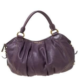 حقيبة هوبو ميو ميو جلد مكشكشة بنفسجية