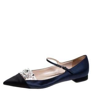 حذاء باليرينا فلات ميو ميو ماري جان ساتان أزرق/أسود مرصع مقدمة مدببة مقاس 38.5