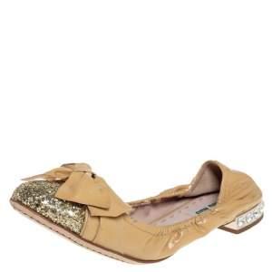 Miu Miu Beige/Gold Patent Leather Bow Detail Crystal Embellished Heel Scrunch Ballet Flats Size 38.5
