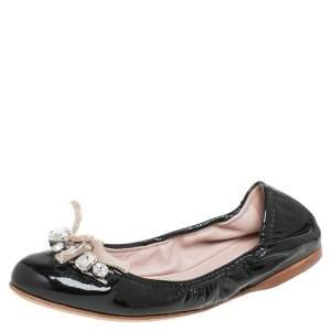 حذاء باليرينا فلات ميو ميو جلد أسود لامع سكرانش مقاس 37.5