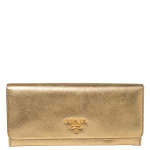 محفظة كونتينتال برادا قلاب جلد سافيانو ذهبية ميتالك