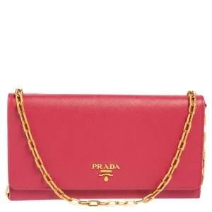 محفظة بسلسلة برادا جلد سافيانو وردي بقلاب وشعار الماركة