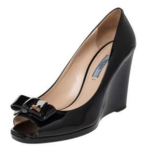 حذاء كعب عالي برادا جلد أسود لامع بمقدمة مفتوحة مزينة بفيونكة وكعب روكي مقاس 38.5