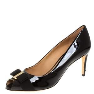 حذاء كعب عالي سالفاتوري فيراغامو جلد أسود لامع بفيونكة مقدمة مفتوحة مقاس 40