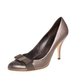 Salvatore Ferragamo Metallic Grey Leather Vara Bow Pumps Size 40.5