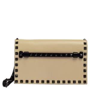 حقيبة كلتش فالنتينو جلد كريمي/أسود روكستد بحمالة للمعصم