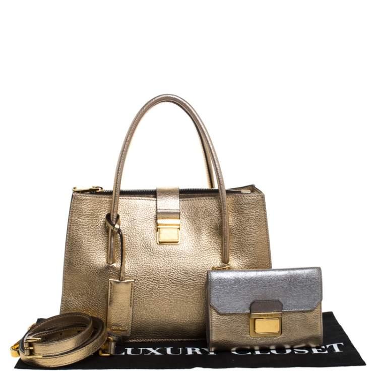 محفظة بحقيبة ميو ميو مادراس متوسطة جلد ميتاليك ذهبية