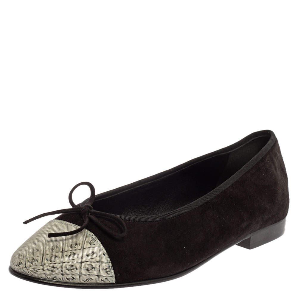 حذاء فلات بالرينا شانيل غطاء مقدمة سي سي 3دي هولوغرام سويدي أبيض/ أسود مقاس 38.5