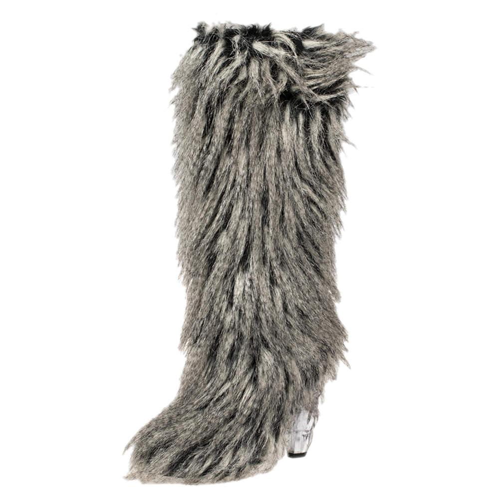 حذاء بوت شانيل يتي فرو صناعي رمادي مقاس 38.5