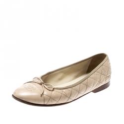 505847270 حذاء فلات باليه شانيل غطاء مقدمة فيونكة CC جلد أبيض مع كانفاس مبطن بيج مقاس  39.5