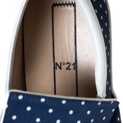 حذاء رياضي إن21 بطراز سليب أون مزين بعقدة ساتان مطبوع بولكا دوت أزرق و أبيض مقاس 41