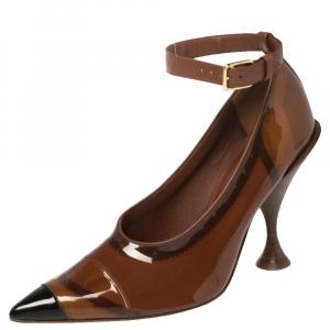 حذاء كعب عالي بربري إيفان بي في سي وجلد بني لامعبمقدمة مدببة وحزام للكاحل مقاس 39
