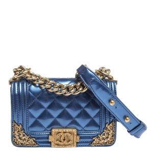 """حقيبة شانيل """"باريس دالاس بوي"""" بقلاب ميني جلد لامع أزرق رويال"""