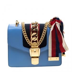 حقيبة كتف غوتشي سيلفي بسلسلة ويب ميني جلد زرقاء فاتحة