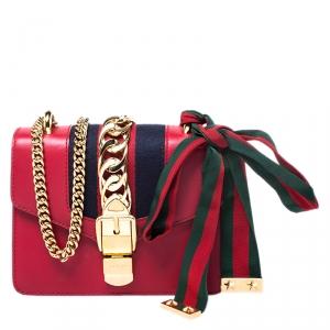 حقيبة كتف غوتشي سيلفي بسلسلة ويب ميني جلد حمراء