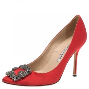 حذاء كعب عالي مانولو بلانيك مقدمة مدببة مزخرف كريستال هانغيسي ساتان أحمر مقاس 38