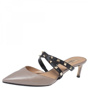 حذاء سلايد فالنتينو مرصع روكستد مقدمة مدببة جلد بيج و أسود مقاس 39