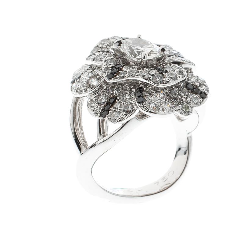 Купить со скидкой Chanel Pétales de Camélia Oval Solitaire Diamond 18k White Gold and Black Diamond Cocktail Ring Size
