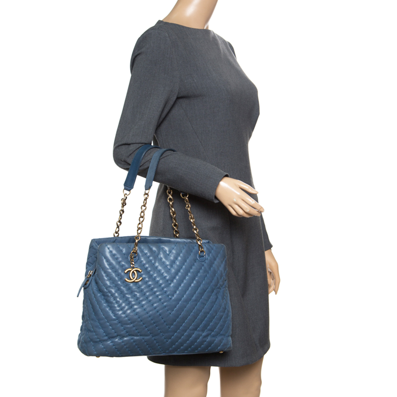 Купить со скидкой Chanel Blue Iridescent Chevron Quilted Leather Large  Surpique Tote