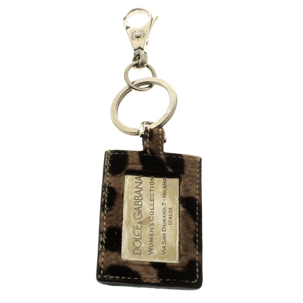 43e610689 إشتري ميدالية مفاتيح دولتشي أند غابانا لوحة الماركة بنقشة الفهد ...
